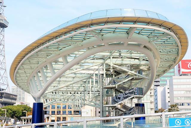 ガラスの大屋根は「水の宇宙船」と呼ばれていて、上がってのんびりすることも。