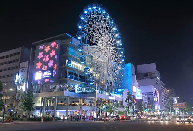 夜はライトアップ。都会の真ん中で優雅に観覧車に乗るのもいいですね。