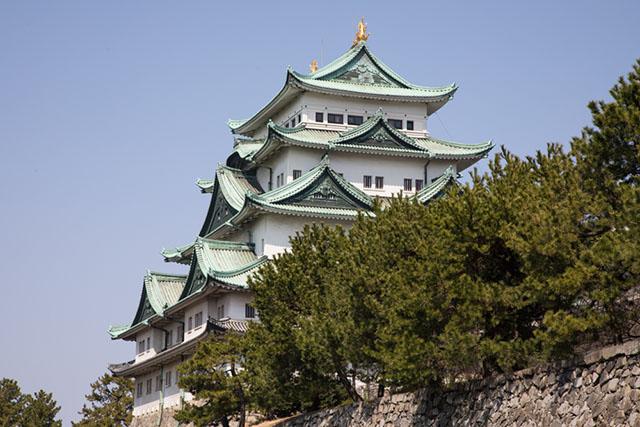 「名古屋城」の上には名古屋名物シャチホコが。