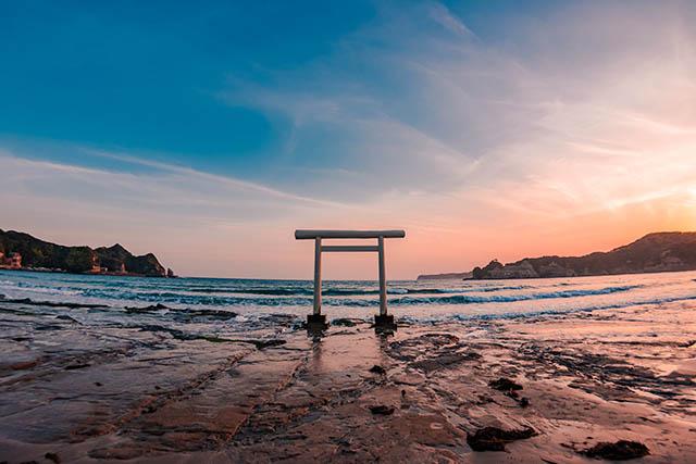 海岸に立つ「八坂神社」の白い鳥居
