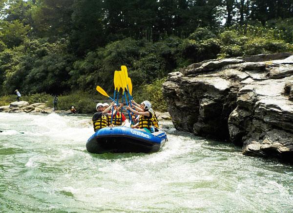 8人乗りの「ラフティングボート」でグループで参加するのがおすすめ。