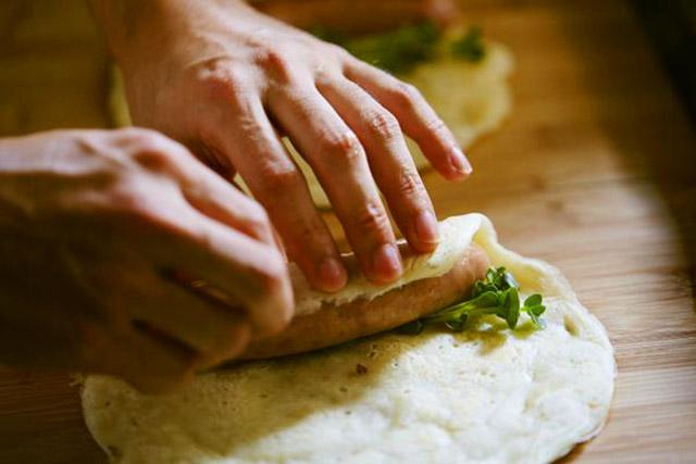自家製の「みそ豚香腸詰め」をガレット生地ではさんだ「みそ豚ガレドック」が大人気メニュー。