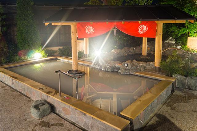 人気のお風呂は2階の露天風呂「花見風呂」