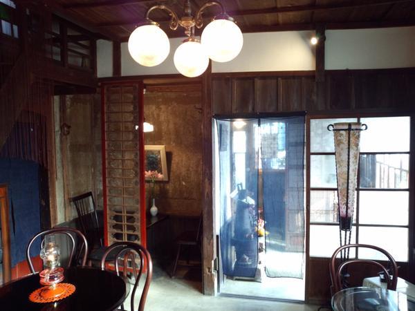 「阿左美冷蔵 金崎本店」は明治23年(1890年)創業の趣のある店内。