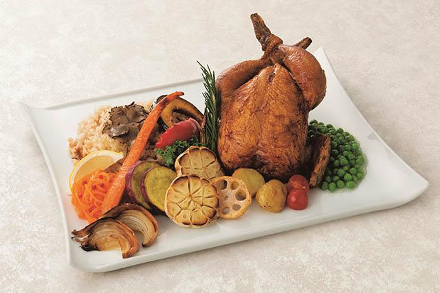 〈寛 rinato〉黒トリュフのガーリックバターライスを詰め込んだ丸鶏ロースト グリル野菜添え 4890円(税込)