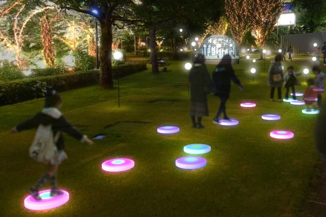 踏むたびに光が色とりどりに変化する「STEP LIGHT」イメージ