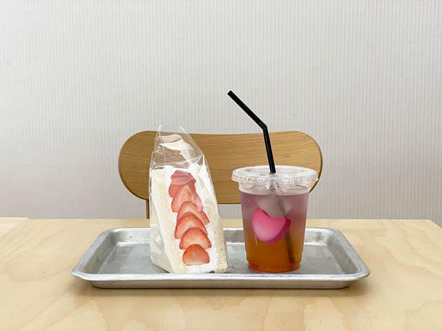 「旬の果物を使ったフルーツサンドイッチ(いちご)」 520円(税込) / 「蜂蜜とレモンのジャスミンティー」600円(税込)※メニューは常に変動するため販売終了している場合があります