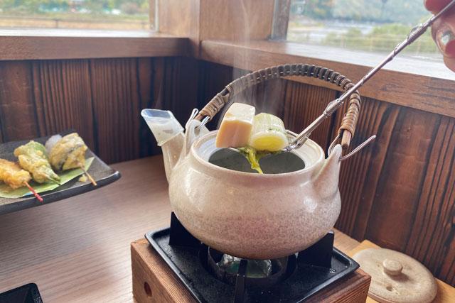 舞妓飯嵐山店 京赤地鶏のつみれ・京とうふ・白ネギ・しめじを鯛出汁で仕上げた土瓶蒸し