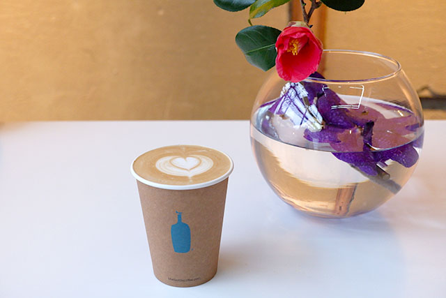 BLUE BOTTLE COFFEE 「カフェラテ(ホット)」520円(税抜)