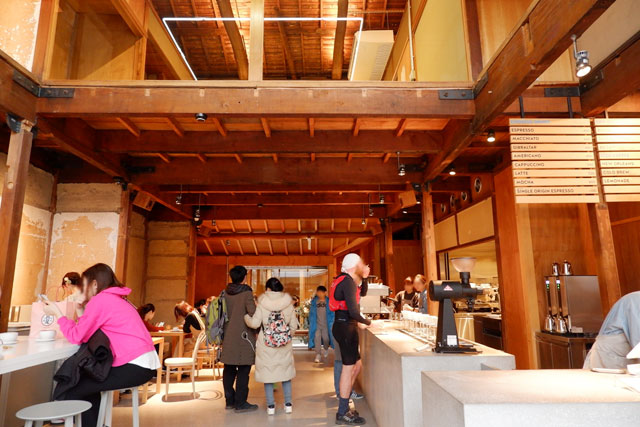 BLUE BOTTLE COFFEE京都カフェ 店内