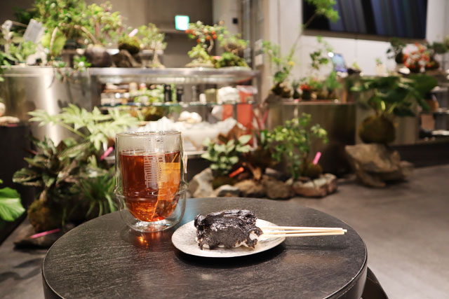 (THISIS)SHIZEN 「DANGO-黒ごま-」250円 / どんぐり茶(HOT)500円(全て税込)
