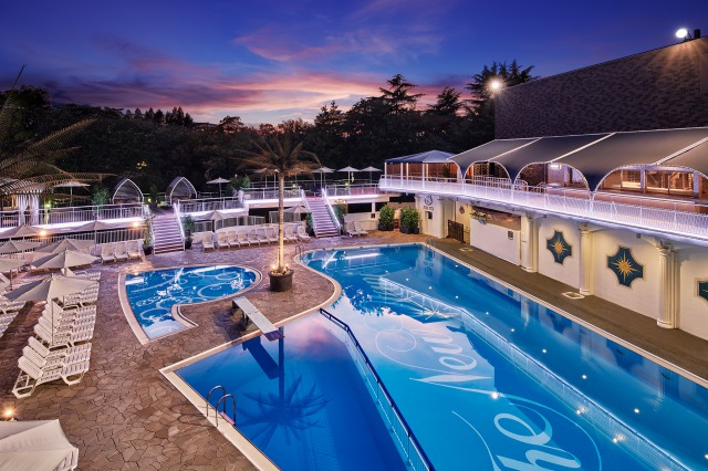 ナイトプールが人気のホテルニューオータニ