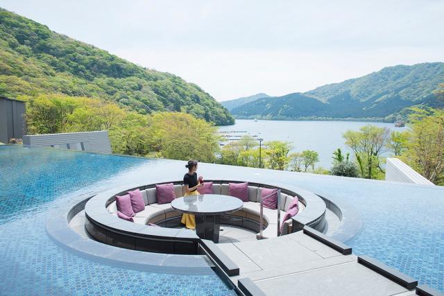 ロビーから続く水盤テラス、足湯カウンターからは芦ノ湖を一望できます