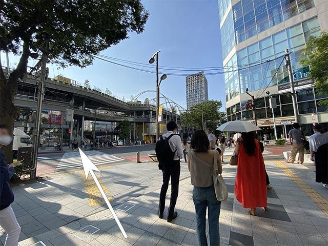 東京メトロ「渋谷」駅B1出口の地上に出て、左方向にある横断歩道を渡ります