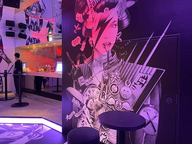 「or(オア)」2階の大友昇平氏のアートに囲まれた空間