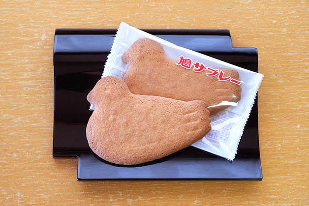 鳩サブレー 5枚入手提げ入り648円(税込)~48枚入缶入り5,400円(税込)