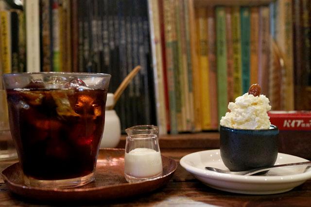 雑伽屋 「アイスコーヒー」520円 / 「小さなチーズケーキ」200円(どちらも税込)