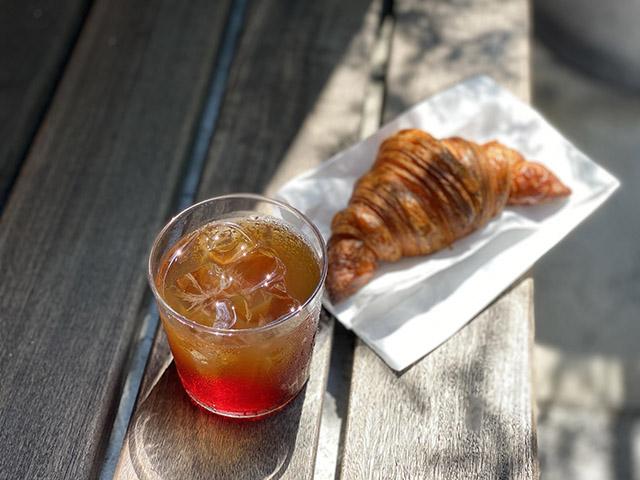 「バースコーヒー」 アイスコーヒー 450円(税込) / 「ビーバーブレッド」 クロワッサン 270円(税込)