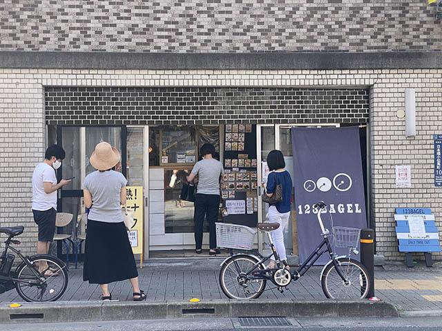 「123ベーグル」平日の11:30でも列ができる人気店です