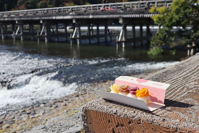 寺子屋本舗 嵐山店 川岸のベンチで景色を楽しみながらいただきましょう
