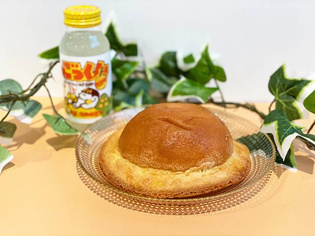 「帽子パン」 208円(税込) 「ごっくん馬路村」 180ml 135円(税込)