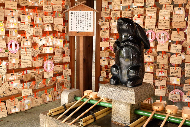 岡崎神社 子授けうさぎ像