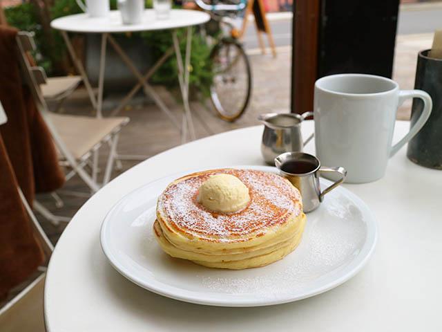 クラシックバターミルクパンケーキ 1200円 / ホットコーヒー 250円(セット料金)(ともに税込)