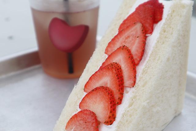 「旬の果物を使ったフルーツサンドイッチ(いちご)」 520円/「蜂蜜とレモンのジャスミンティー」600円(ともに税込)