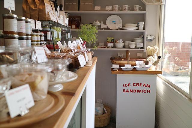 お店は鎌倉の地元農家さんたちが日替わりで出店する「鎌倉市農協連即売所(通称レンバイ)」内にあります