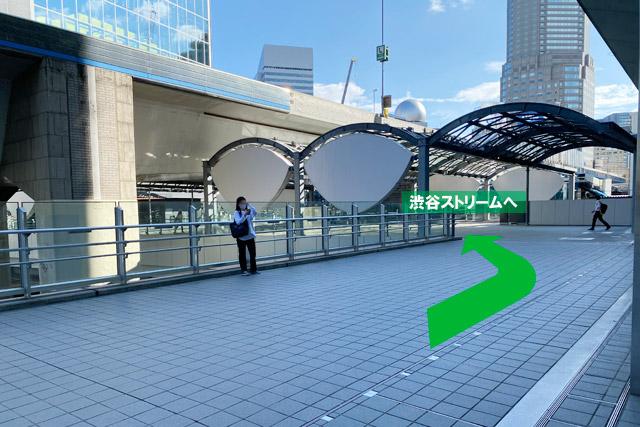 「渋谷スクランブルスクエア」から歩道橋へ出たら、左右どちらからでもアクセス可能です