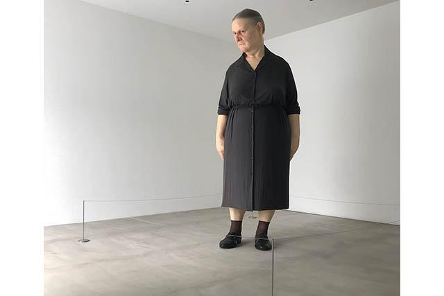 十和田市現代美術館 「スタンディング・ウーマン/ロン・ミュエク」