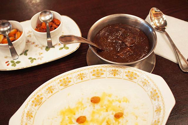 「和牛ビーフジャワカレー」2,300円(税込) 炊き立てを味わってもらうため、ご飯は5人分ごとにフル回転で炊き続けるそう!
