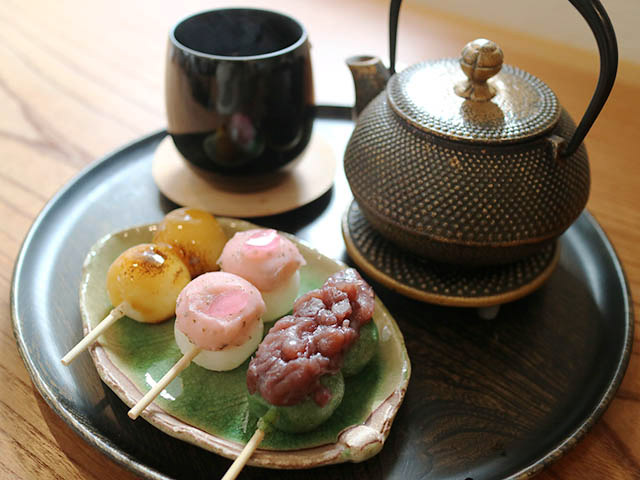Kaga Bocha Tea (roasted twig tea) 250yen with sweet dango dumplings  (soy sauce 95yen, red bean on Japanese mugwart 95yen and sakura red bean 120yen)
