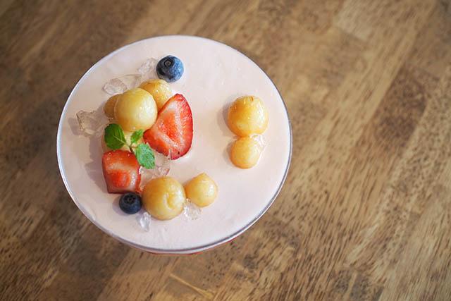 桃子與草莓與杏仁聖代(桃といちごと杏仁のパルフェ) 1,650日圓(含稅)