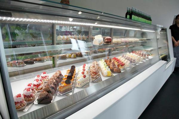 一排排陳列在櫥窗中的精緻蛋糕