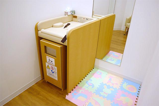 附嬰兒床的更衣室