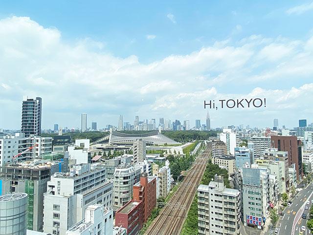窗戶上印著「Hi,TOKYO!」的字樣,是人氣打卡景點