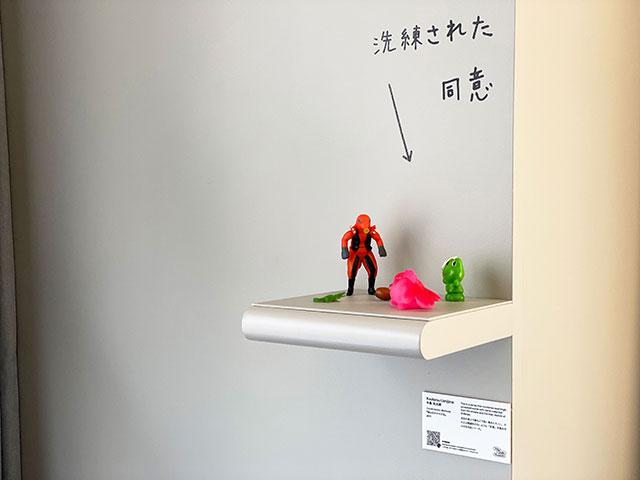 房間內的藝術裝飾,掃描下方的QR Code會跳出作家與其作品的介紹