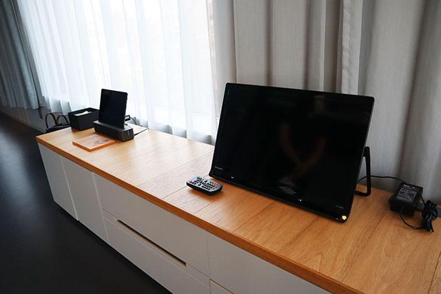 房內電視為攜帶式電視,可以自由移動其位置