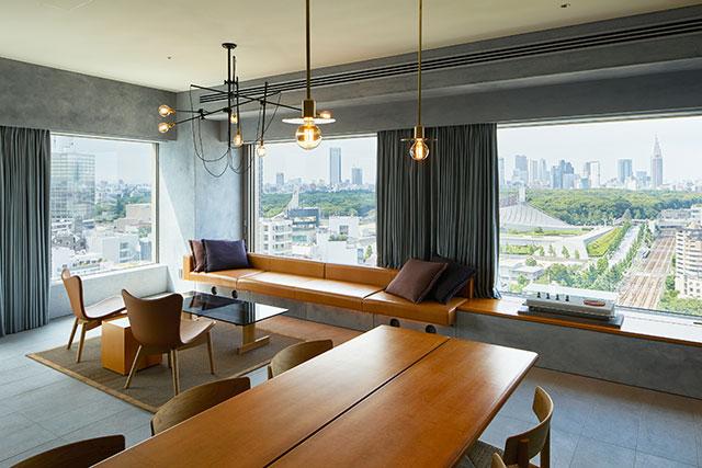 寬敞的沙發和木質的桌椅,創造出簡單又時尚的空間