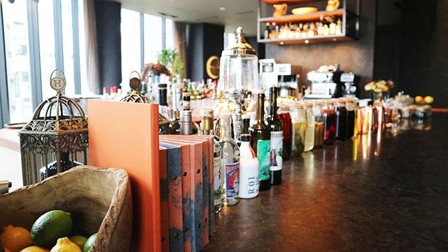 吧檯上擺放了各式各樣的酒品和各國的調味料