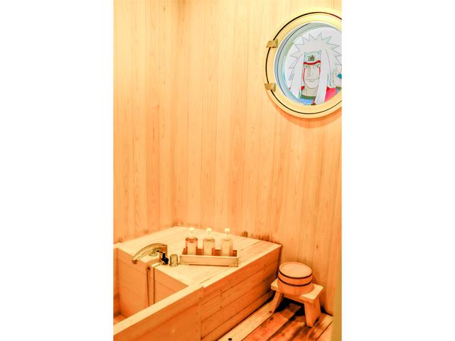 Jiraiya peeping at a bathroom as he often does Ⓒ岸本斉史 スコット/集英社・テレビ東京・ぴえろ