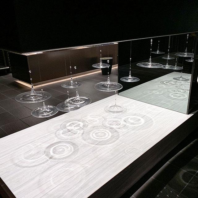 飯店內裝飾著以水波紋為靈感的裝飾藝術品