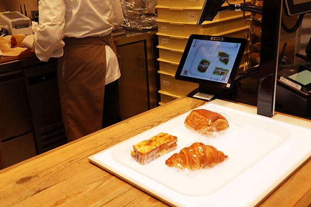 結帳時只要放在白色板子上就可以自動偵測購買麵包種類&數量