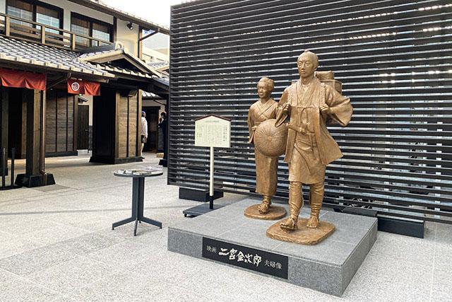 金次郎廣場 二宮金次郎夫婦銅像