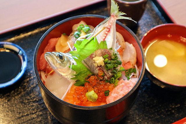 「地魚や 与一」海鮮丼 1800日圓(含稅)