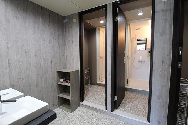 잠금키로 보안되는 공용 샤워실