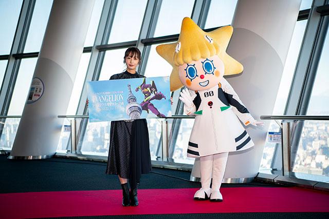 (左)活動首日來賓 宇垣美里、(右)穿著凌波零服裝的晴空塔吉祥物「ソラカラちゃん」/ (C)カラー (C)TOKYO-SKYTREE