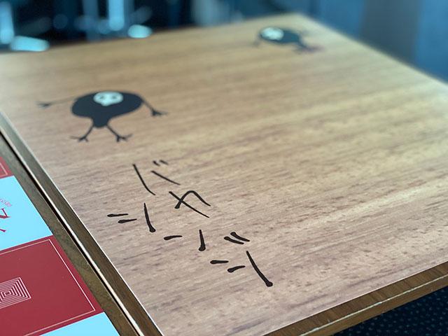 桌上寫著「笨蛋真嗣」! / (C)カラー (C)TOKYO-SKYTREE