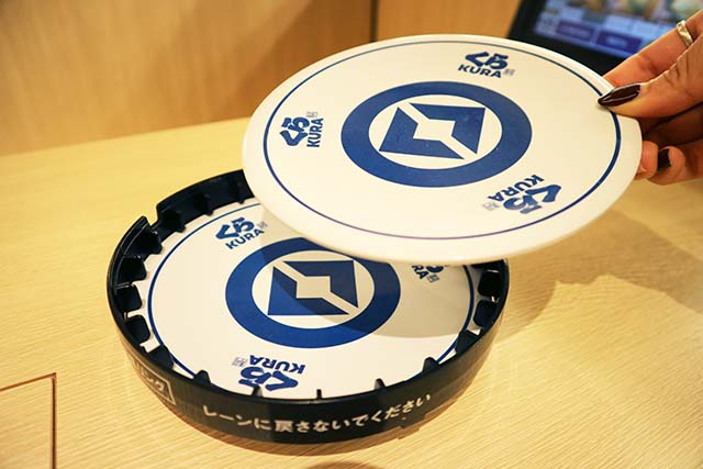 A 200-yen dish comes with two plates, so separate them before inserting them into the pocket for automatic bill calculation.